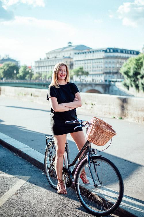 Fernanda Hinke - Guia de Passeios em Paris e sua inseparável bicicleta
